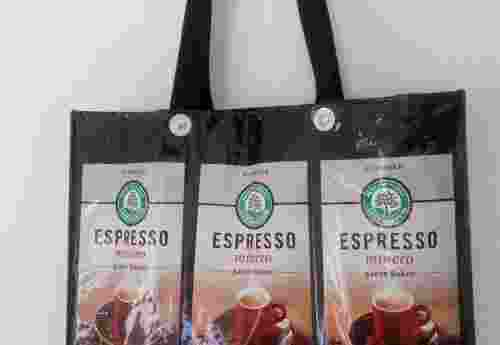 Tasche aus diversen recycelten Kaffeverpackungen