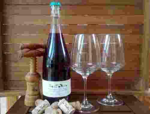 Wein Mostovino dolce Jahrgang 2017 von Fattoria La Vialla Weinflasche mit Weingläsern (2)